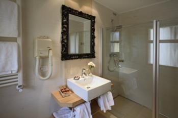bagno con doccia hotel gardel