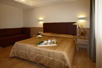 camera matrimoniale standard con divano hotel gardel